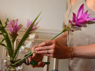 Bouquet de fleurs : coupe en biais des tiges
