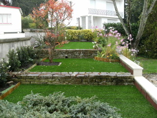 Gazon synthétique (marque Garden Grass) dans un jardin