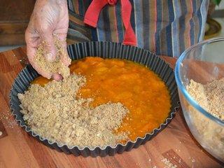 Couverture de la compote avec la pâte / I.G.