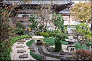 Jardin japonais : pierres, lanterne