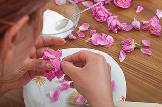 Préparation de pétales de rose cristallisés