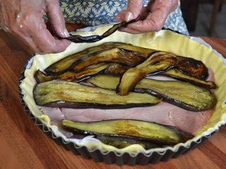 Disposition des tranches d'aubergine cuites / I.G.