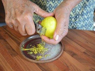 Préparation des zestes de citron / I.G.