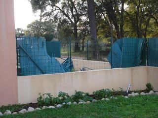 Canisses d'une clôture arrachées après une tempête