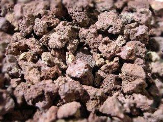 Pouzzolane : paillage, drainage, toutes ses utilisations au jardin ou en pot