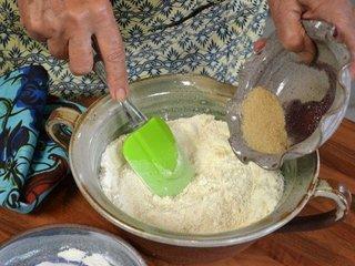 Mélanger la farine et le sucre / I.G.