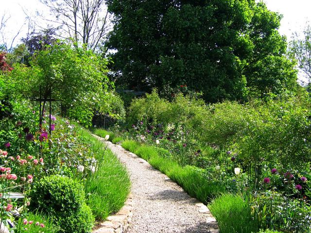 Courbe Douce D 39 Une All E Gravillonn E Cr Er Un Jardin Romantique