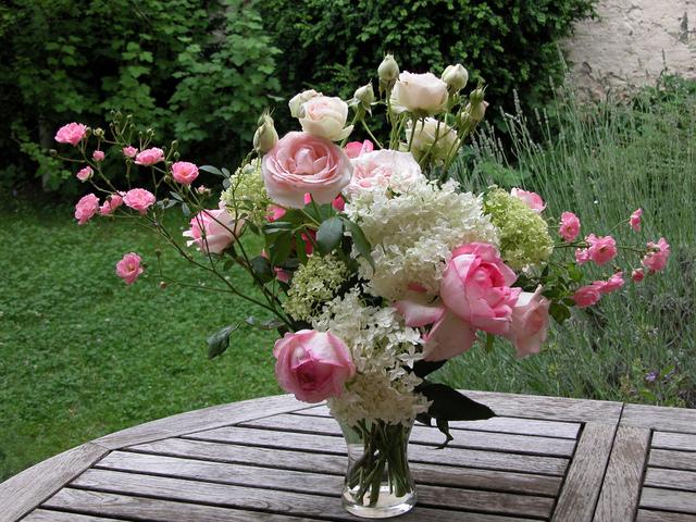 De lart floral avec les fleurs du jardin