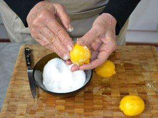 On frotte l'écorce des citrons avec le gros sel / I.G.