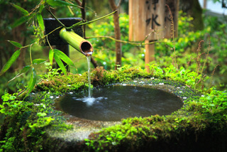 Fontaine typique de jardin japonais