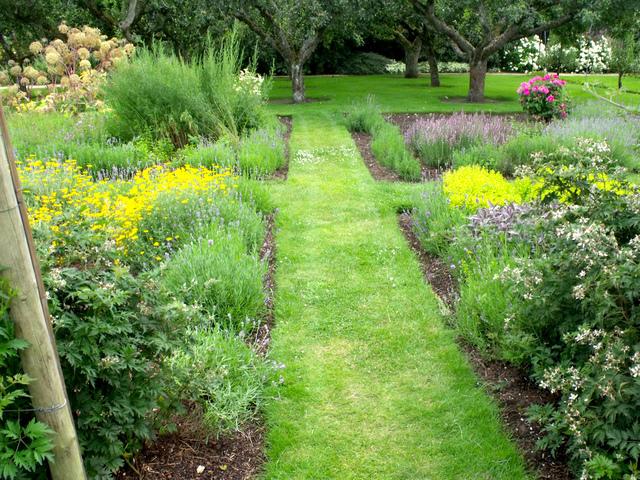 Cr er un jardin de simples aromatiques m dicinales plantes utiles - Comment faire son jardin paysager ...