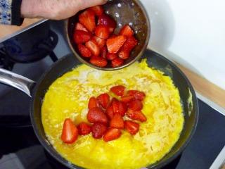 Ajout des fraises dans l'omelette / I.G.