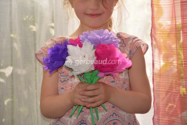 activité enfants : fabriquer des fleurs en papier pour la fête des