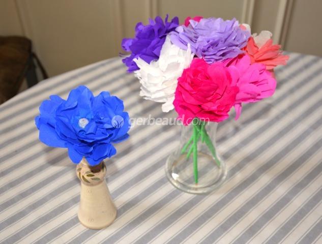 Activit enfants fabriquer des fleurs en papier pour la f te des m res - Activite avec papier crepon ...