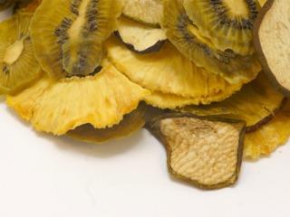 Ananas, kiwis et pommes séchés, en tranches