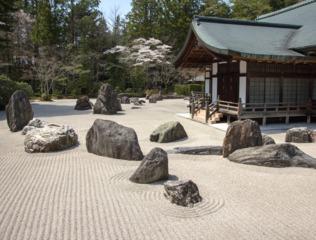 Jardin zen traditionnel devant un temple