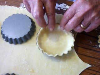 Fonçage de la pâte dans les moules / I.G.
