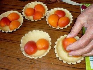 Disposition des abricots sur la pâte brisée / I.G.