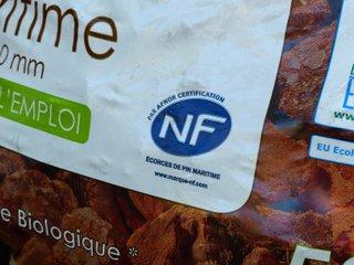 Logo NF sur un sac d'écorce de pin