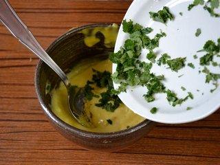 Ajout des feuilles hachées dans la mayonnaise / I.G.