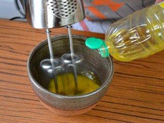 Ajout de l'huile pour monter la mayonnaise / I.G.