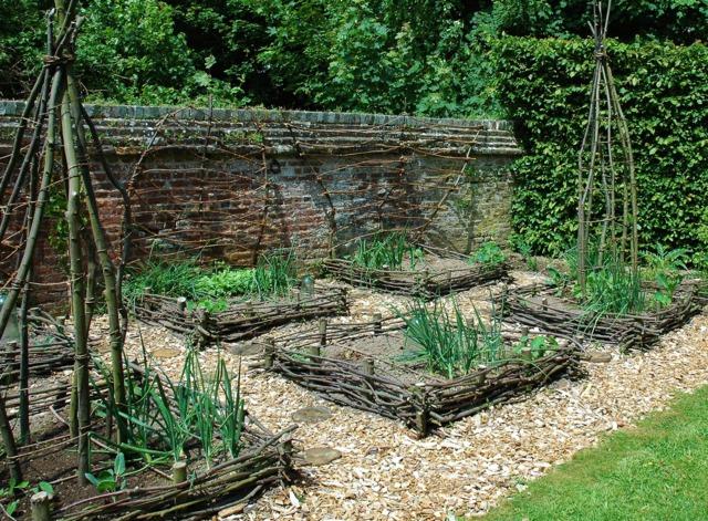Bordure en plessis comment tresser le noisetier for Bordure bois pour jardin potager