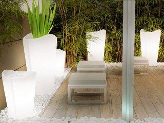 Cache-pots lumineux sur une terrasse