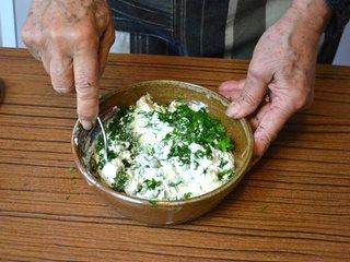 Incorporation des fines herbes dans le fromage frais / I.G.