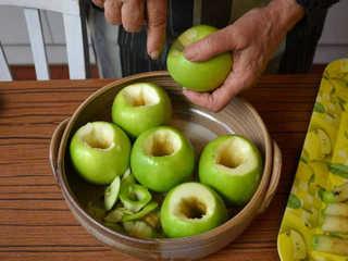 Creusement des pommes au couteau / I.G.