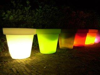 Alignement de pots lumineux