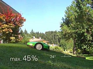 Robot en train de tondre un terrain pentu.