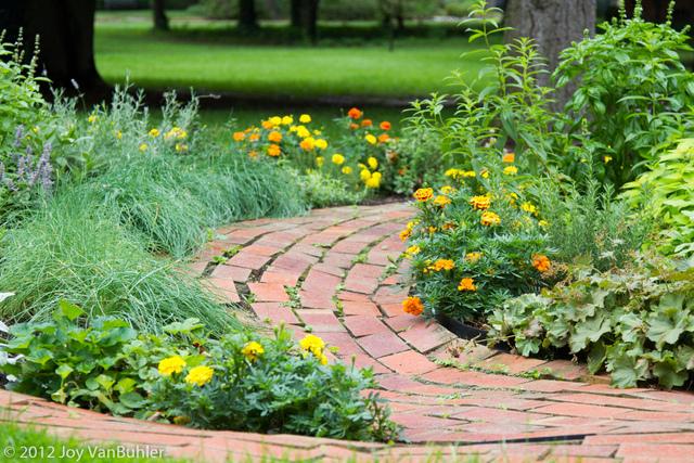 Allee De Jardin Facile : all e en brique pousant le relief du jardin all es de jardin ~ Nature-et-papiers.com Idées de Décoration