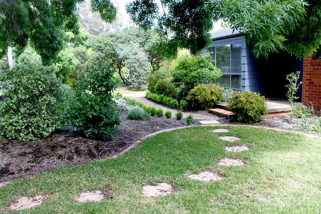 pas japonais et bordure courbes crois es all es de jardin. Black Bedroom Furniture Sets. Home Design Ideas