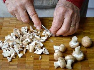 Découpe des champignons / I.G.
