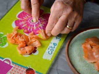 Découpe du saumon en dés / I.G.