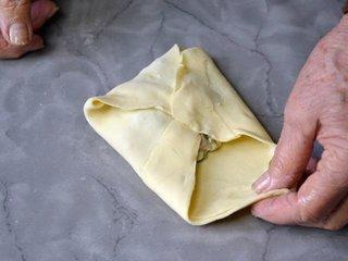 Fermeture des carrés de pâte / I.G.