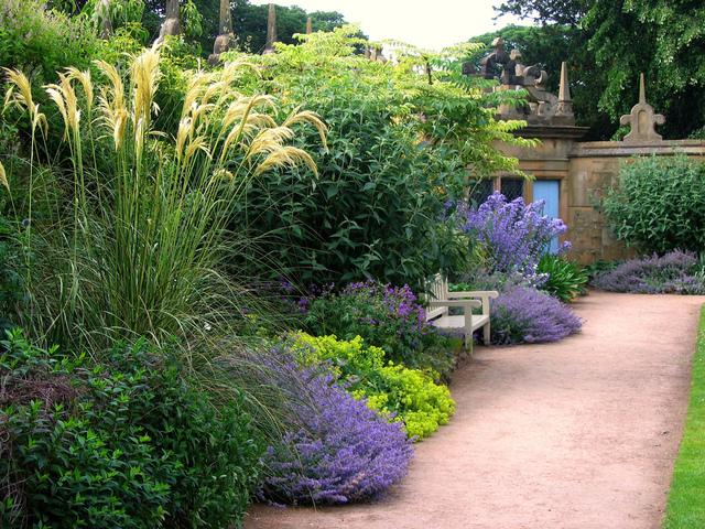 Un petit banc pour une pause au calme (Jardins anglais)