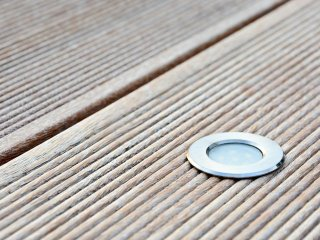 LED encastrée dans une lame de terrasse en bois