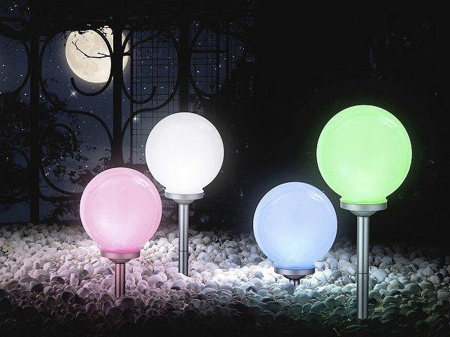 Eclairage du jardin les lampes led conomiques et - Boule lumineuse jardin ...