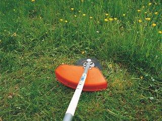 Entretien d'une prairie fleurie avec une débroussailleuse