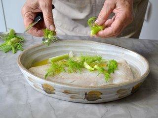Dépose du haut de fenouil sur le poisson / I.G.