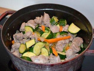 Cuisson de la viande avec les légumes / I.G.