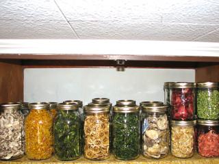 Fruits et légumes séchés conservés en bocaux