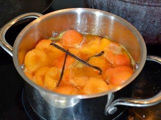 Cuisson des fruits dans le sucre vanillé / I.G.