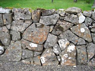Mur en pierre sèche : pierres irrégulières