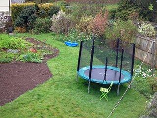 Trampoline au jardin