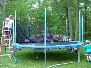 Montage du filet sur un trampoline
