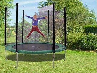 Enfant sautant au trampoline