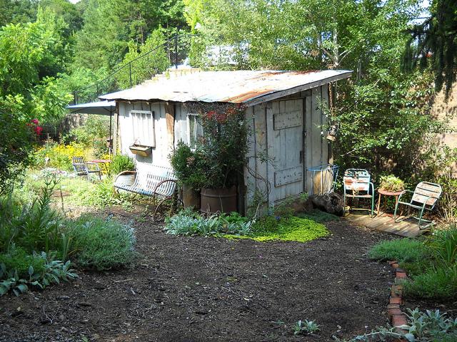 le charme de l 39 ancien cabanes de jardin. Black Bedroom Furniture Sets. Home Design Ideas