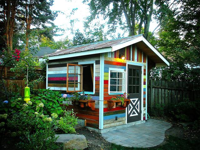 Cabane de jardin multicolore